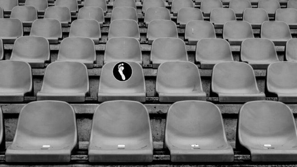 Beitragsbild: König Fußball regiert die Welt; leere Sitze im Fußballstadion